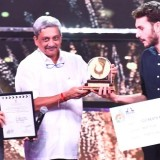 The Chief Minister of Goa, Shri Manohar Parrikar presenting the Golden Peacock Award for the French Film 120 BEATS PER MINUTE to the Director Robin Campillo, at the closing ceremony of the 48th International Film Festival of India (IFFI-2017), in Panaji, Goa on November 28, 2017.